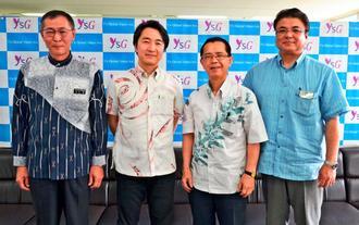 沖縄ものづくりファンド有限責任事業組合からの出資を報告したワイズグローバルビジョンの柳瀬良奎社長(左から2人目)ら=県庁