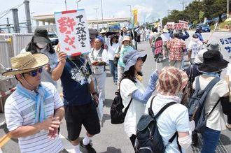 米軍キャンプ・シュワブゲート前で抗議の声を上げる人たち=11日、名護市辺野古
