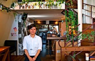 「おしゃれなランチを提供したい」と話すパパズキッチン・マーレ・バール・レストラン店長の崎浜由芽子さん=日、沖縄市泡瀬
