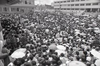 最後の琉球切手に行列 本土復帰を控え、最後の琉球切手を求める人たちが詰め掛けた=1972年4月17日、那覇市民会館前