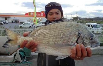 5日、浜比嘉島にて45.5センチ1.84キロチヌを釣った上門昇太さん