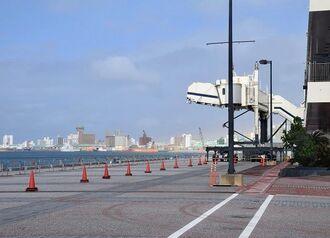 クルーズ船のバースには昨年2月下旬以降、船の姿はなく、PCR検査の動線確保のためのコーンが置かれている=12日、那覇市若狭
