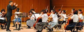 全国の舞台で演奏する県内高校生が集まった合同オーケストラ=29日、滋賀県の守山市民ホール