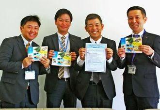 商談会への出展を呼び掛ける3金融機関の担当者=18日、沖縄タイムス社