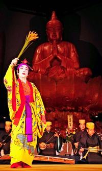 舞と歌で平和誓う 糸満・摩文仁の平和祈念堂で前夜祭
