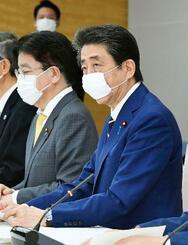 新型コロナウイルス感染症対策本部の会合で緊急事態を宣言する安倍首相=7日午後5時43分、首相官邸