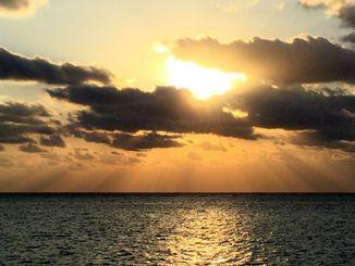 沖縄県南城市玉城の奥武島ではきれいな初日の出が見られた(照屋淳撮影)
