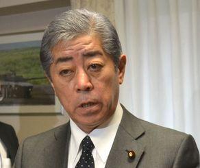 県民投票の結果について「一つの沖縄の民意だと思う」と話す岩屋毅防衛相=25日午前、国会内