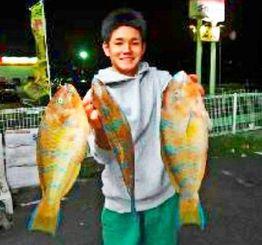 本部海岸で43・6センチ、1・55キロのアーガイなどを数釣りした仲本等さん=10日
