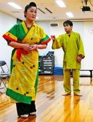 「渡地物語」の稽古に励む出演者ら=浦添市・国立劇場おきなわ