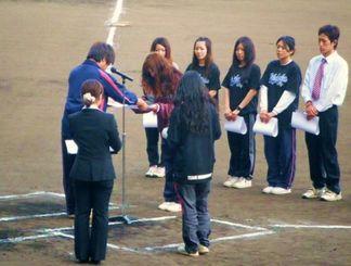 【沖縄の大学野球では、4年間頑張ったマネジャーに対し、大会で感謝状が授与される】