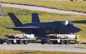 F35Aの前に台車で運ばれる実弾=9日午後5時すぎ、嘉手納基地(読者提供)