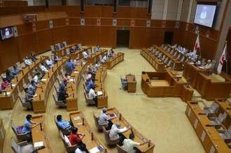 台風接近のため9月定例会の一般質問の延会手続きを取る県議会=3日、県議会