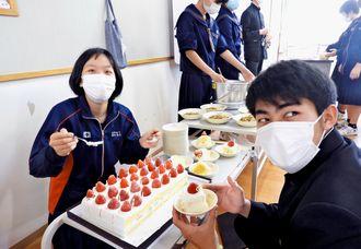 給食に出された村産イチゴのケーキを前に喜ぶ生徒=5日、宜野座中学校