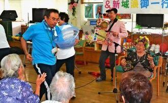 浪さん(右)やケセラン・ぱさらんの演奏に即興で踊りだす職員=市新川、聖紫花の杜