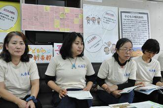 不登校の子どもたちの実情を説明し、学力テストの廃止と教育長との対話を呼び掛ける長堂登志子代表(右から2人目)=7日、県庁