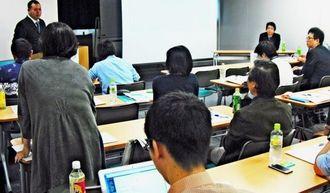 HIV陽性者への服薬指導やチームの取り組みを紹介した県立宮古病院薬剤師の喜友名朝史さん(左奥)=7日午後、うるま市・県立中部病院