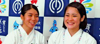 演技で3位に入賞した首里の宮城昭奈(右)・富川真緒組