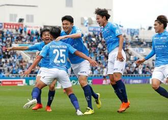 横浜FC―FC東京 後半、決勝ゴールの草野(25)に駆け寄り大喜びの横浜FCイレブン=ニッパツ