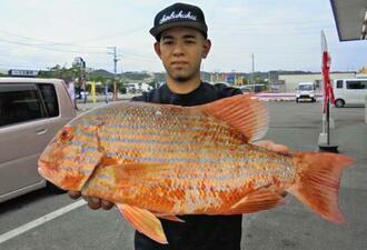 慶良間で56センチ、2.49キロのイヌバーを釣った珍福会の當銘由樹さん=14日