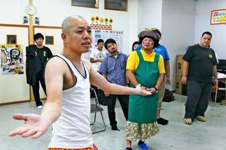 「母の日公演」の稽古に励む出演者たち=那覇市・FEC事務所