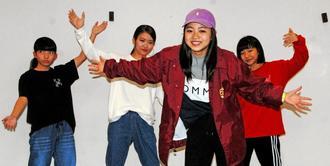ダンススクールの仲間の激励を受けて、全国大会に挑む上原紅葉さん(右から2人目)=那覇市国場・Dance school Log(ダンススクールログ)