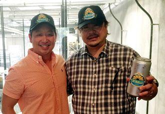 「オキナワサワー」の開発で提携した沖縄特産販売の與那覇社長(右)、テンプルブリューイングのパン社長=オーストラリア・メルボルン市のビール工場