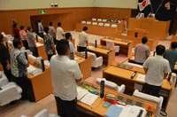 「米軍への不信感大きい」 沖縄市議会がヘリ炎上で抗議決議、全会一致