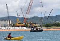 辺野古新基地:工事進む護岸 海上から反対訴え
