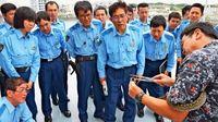 シーズン前に「実践塾」 浦添の警察官、ハブ捕獲を学ぶ