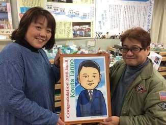 森琢磨さんから成人式を迎えた息子の似顔絵を受け取る丹野祐子さん(左)=8日、宮城県名取市(提供)
