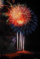 真夏の夜空をあでやかに彩る打ち上げ花火=19日夜、沖縄県本部町・海洋博公園(伊禮健撮影)