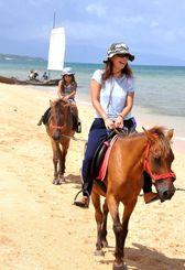平久保校区の保護者らが企画したチャリティー祭りで与那国馬の乗馬体験などを楽しむ親子連れ=石垣市平久保