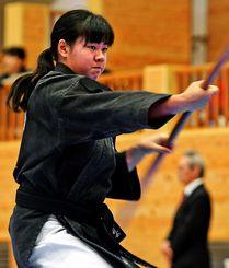 集中/気持ちを高め、棒を演武する少年女子の出場者=24日、沖縄空手会館