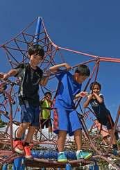青空の下で元気よく遊ぶ子どもたち=22日午後、糸満市・西崎親水公園(国吉聡志撮影)