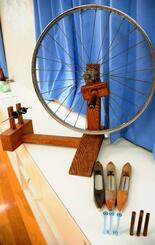 機織り用の糸を用意する際に使う(手前から)「つみぐる(小管)」「ぴずき(投げ杼)」「やま(糸車)」