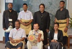 ポンギ・マナセトゥイアさん(前列左)らトンガ王国の研修員と久高副市長(中央)=7日、那覇市役所