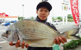 熱田漁港で50.4センチのチンシラーを釣った兼島勇貴さん=5月1日
