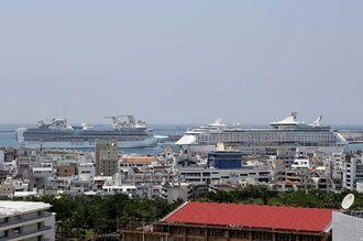 大型クルーズ船2隻が寄港。右がボイジャー・オブ・ザ・シーズ=若狭バース、左は出港するサファイア・プリンセス=17日午後1時すぎ