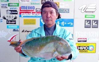 20日、浜比嘉島で52センチ2・86キロのマクブを釣った新田保則さん。餌はカニ