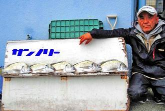 宜野湾海岸で39センチのチヌなどを数釣りした具志堅章さん=11日