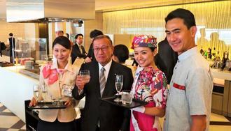 JALグループ国際線ラウンジで提供される泡盛を試飲する宮腰光寛首相補佐官(左から2人目)と丸川潔社長(右端)=29日、羽田空港国際線ターミナル