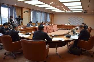 OKICA(オキカ)の利用拡張に向けて協議する委員ら=2日、県庁