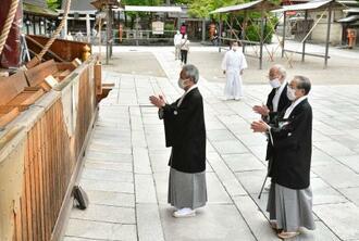 規模が縮小された祇園祭の幕開けを告げる「お千度の儀」で参拝する代表=1日午前、京都市東山区