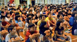 宮城さんの話を聞く大北小学校の子どもたち=名護市・同校体育館
