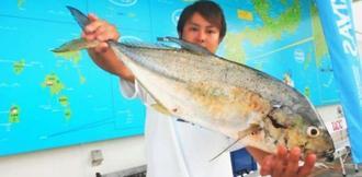 泡瀬海岸で66センチ、2.22キロのオニヒラアジを釣った親泊元輝さん=9月1日