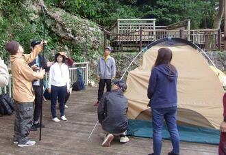 テントの張り方を学ぶソロキャンプ参加者=8日、北中城村喜舎場