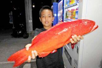 辺戸沖で57.5センチ、2.34キロのアカジンを釣った又吉龍武さん=6日