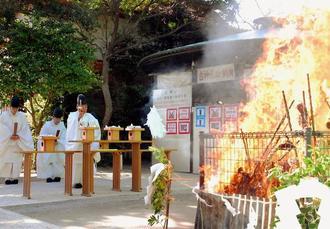 勢いよく燃え上がるお札や正月飾りなどの縁起物=15日、那覇市の波上宮