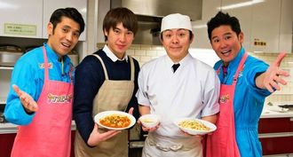ガレッジセールと共に、考案した「おかんめし」をPRする松田洋昌さん(左から2人目)、いけや賢二さん(同3人目)